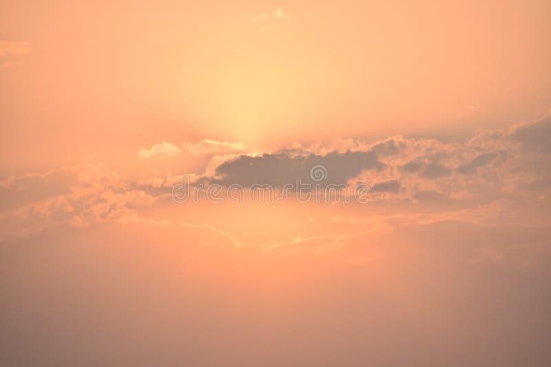 Zon het glanzen it& x27; s Licht door de Wolken royalty-vrije stock foto's
