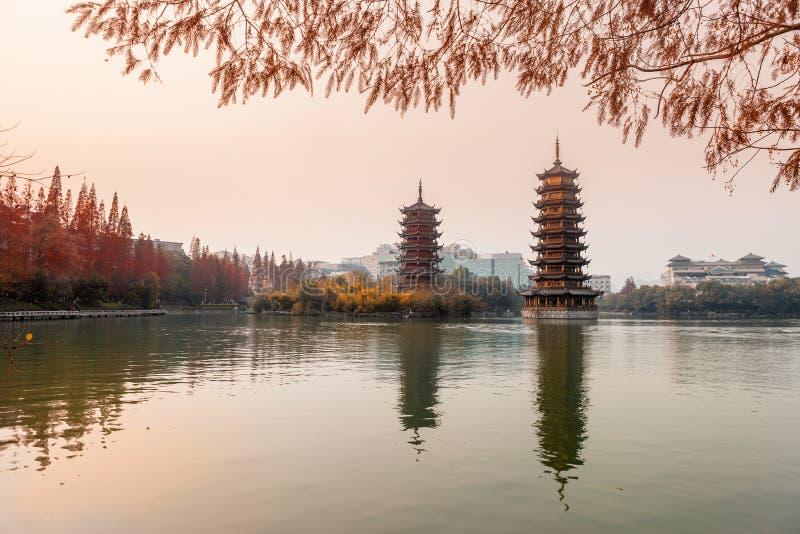 Zon-maan Torens in zonsondergang, Guilin stock afbeeldingen