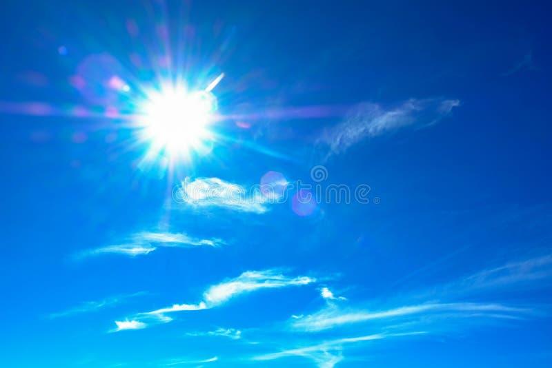 Zon met blauwe hemel en pluizige witte wolken in de zomer stock afbeeldingen