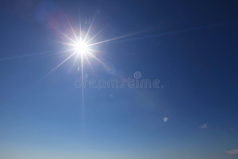 Zon met lensgloed stock fotografie