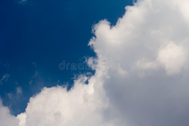 Zon met zonnestralen in een mooie bewolkte hemel De blauwe hemel wordt behandeld door witte wolken stock afbeeldingen