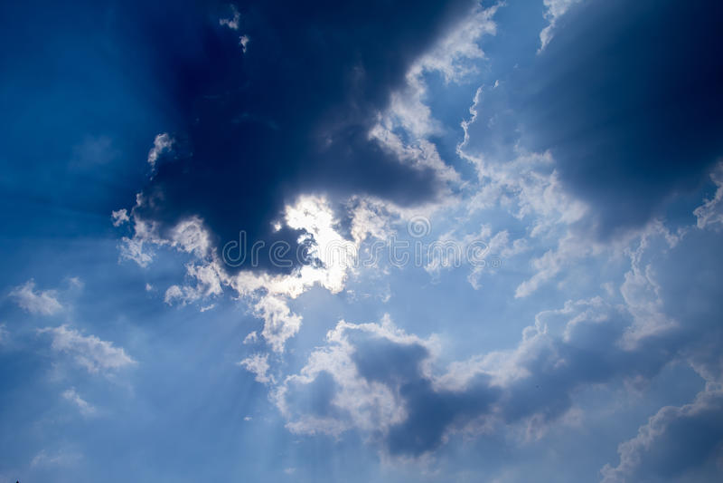 Zon met zonnestralen in een mooie bewolkte hemel De blauwe hemel wordt behandeld door witte wolken stock fotografie