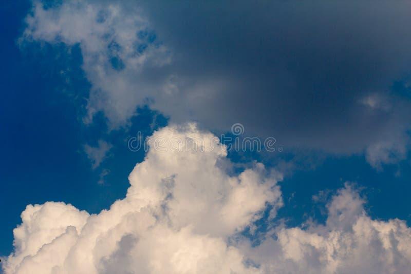 Zon met zonnestralen in een mooie bewolkte hemel De blauwe hemel wordt behandeld door witte wolken stock foto's