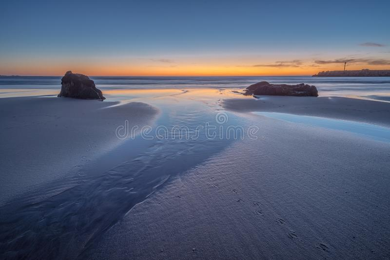 Zon onder de horizon op het strand royalty-vrije stock foto's