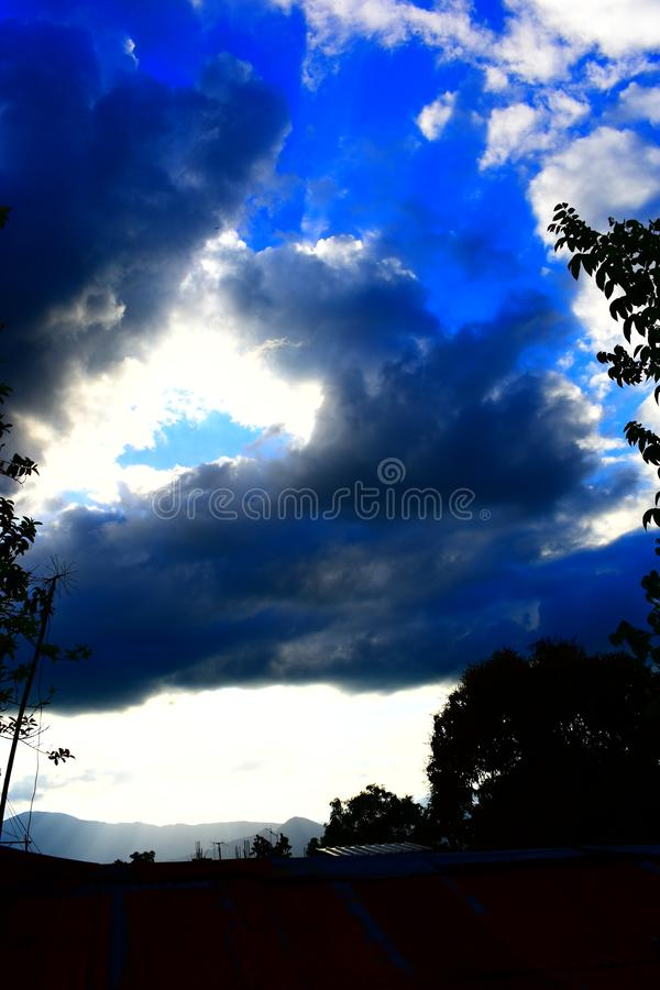 Zon in onweerswolken wordt verborgen die royalty-vrije stock foto's