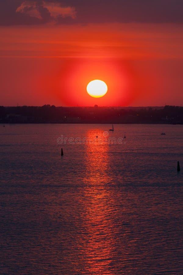 Zon op de horizon stock fotografie