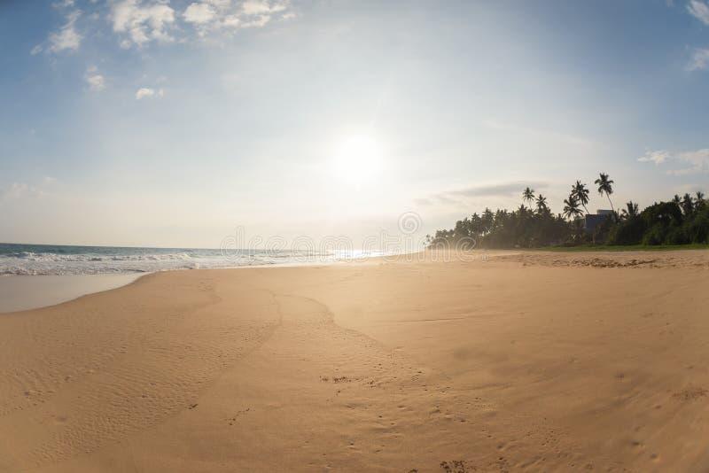 Zon op het strand zonder mensen stock fotografie