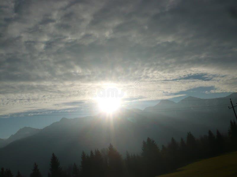 Zon over de bergen stock fotografie