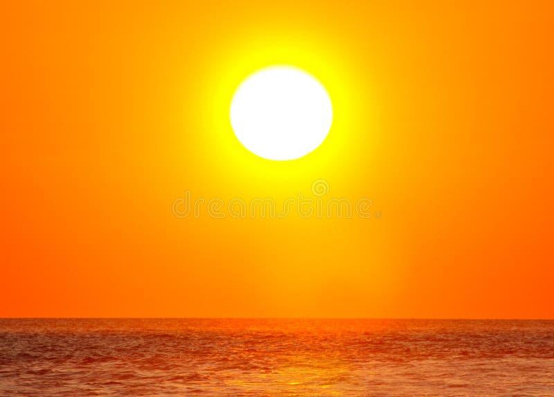 Zon over de oceaan royalty-vrije stock fotografie