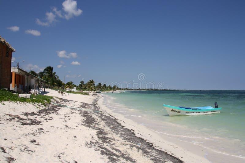 Zon, overzees, strand en de boot royalty-vrije stock foto
