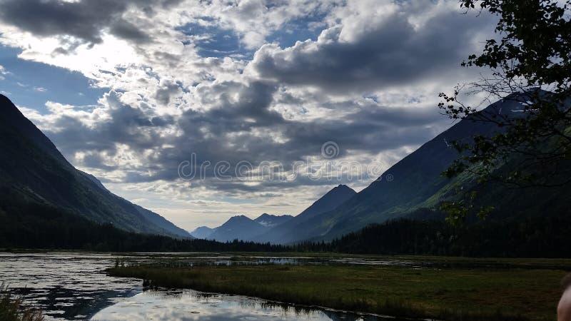 Zon tussen Bergen stock afbeelding