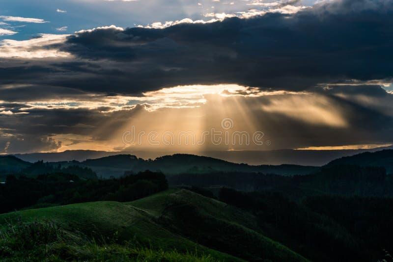Zon van Papamoa-Heuvels wordt geplaatst die stock fotografie