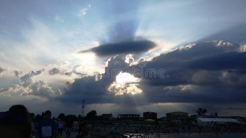 Zon in wolken wordt behandeld die stock foto