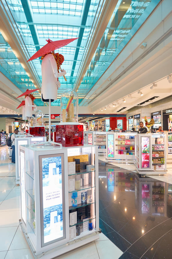 Zona con franquicia del aeropuerto de Dubai International fotos de archivo