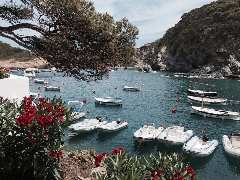 Zona costiera spagnola idilliaca con le barche ed acqua blu immagini stock libere da diritti
