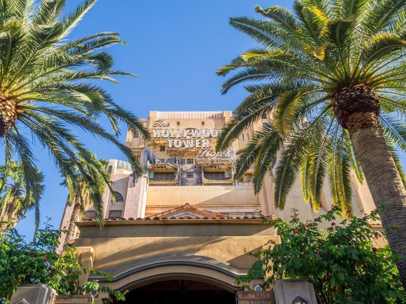 Zona crepuscular: Paseo del hotel de la torre de Hollywood en Disney imagen de archivo libre de regalías