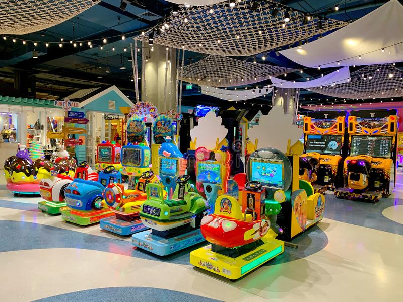 Zona da arcada com muitos tipos do brinquedo e da máquina no armazém Hua Hin de Blueport, Tailândia 1º de março de 2019 foto de stock royalty free