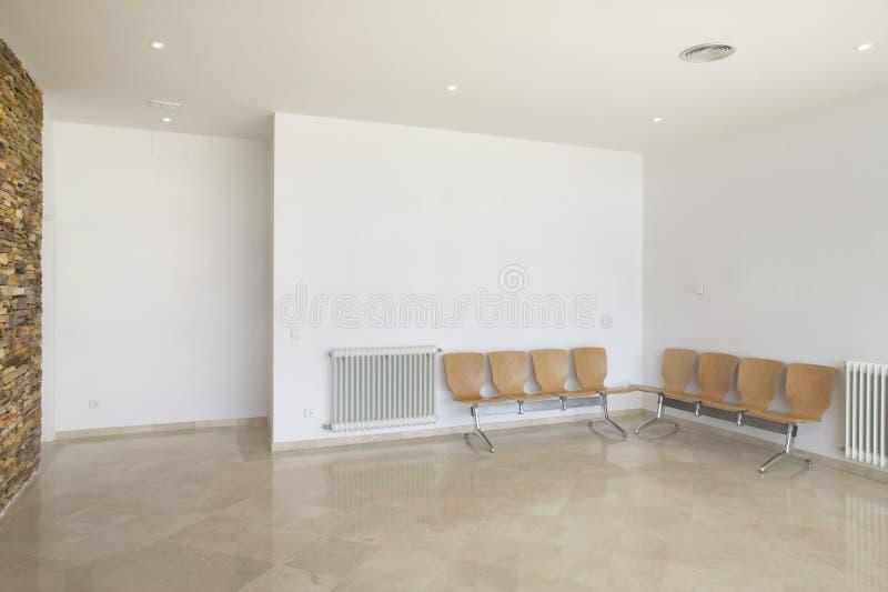Zona de espera del edificio público Detalle interior del centro de salud imagenes de archivo