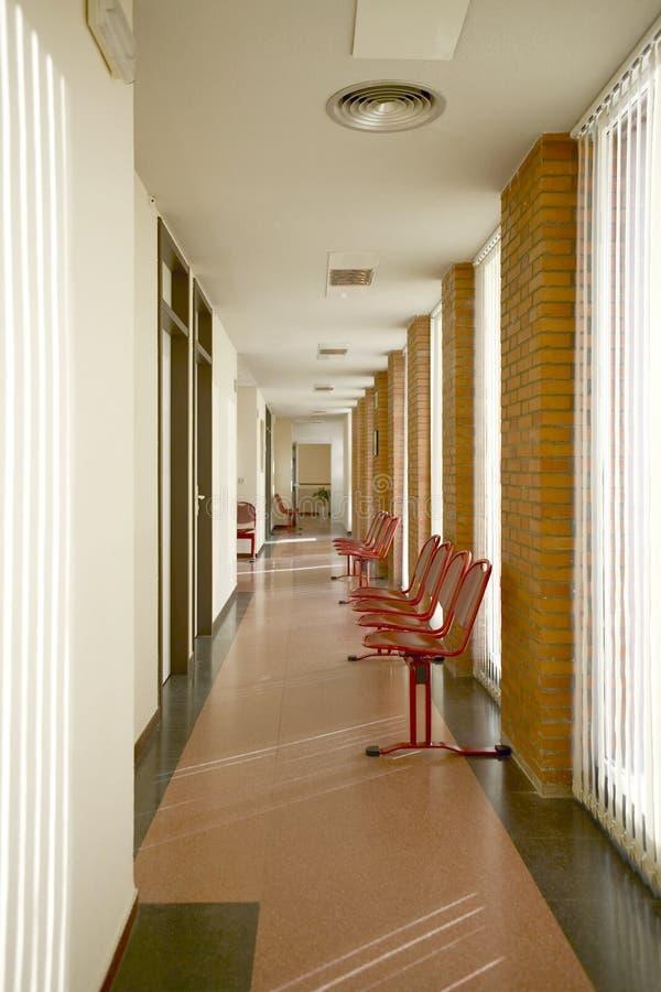 Zona de espera del edificio público Pasillo del centro de salud nadie fotografía de archivo libre de regalías