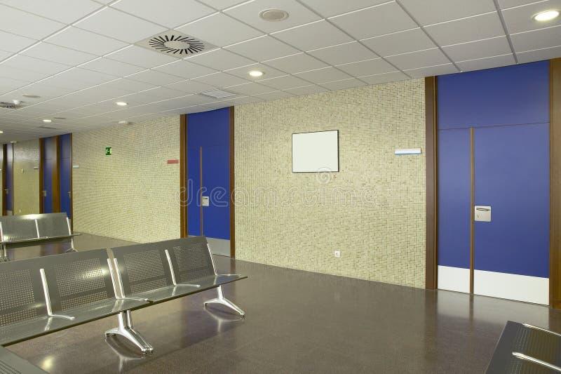 Zona de espera del edificio p?blico Centro de la atenci?n sanitaria nadie fotografía de archivo