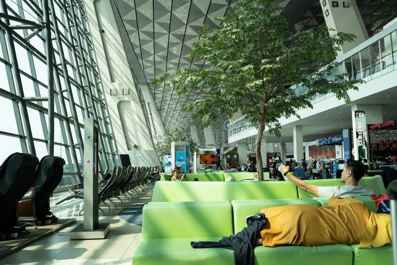 Zona de espera Soekarno do passageiro? Área da partida dos voos domésticos do terminal de aeroporto internacional 3 de Hatta foto de stock