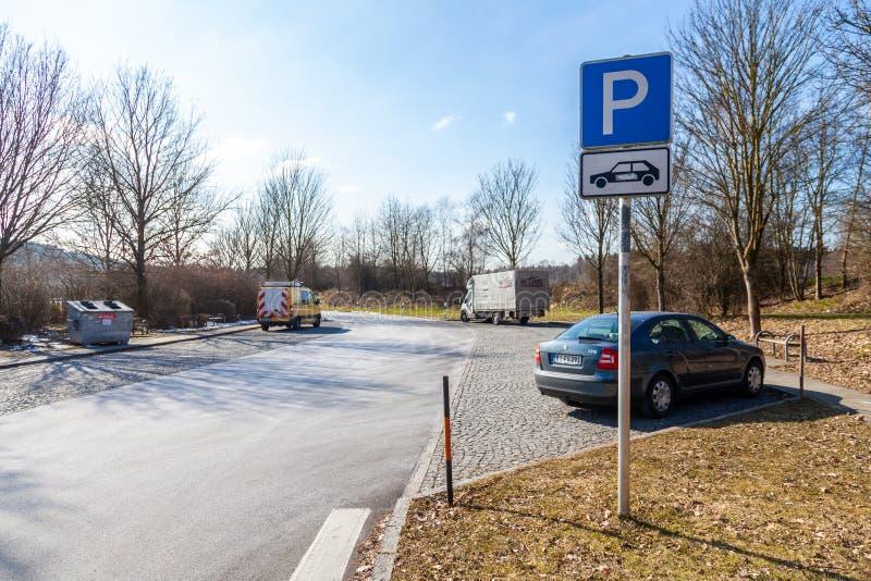 Zona de estacionamiento con los coches en una parada alemana del resto de la carretera imagen de archivo