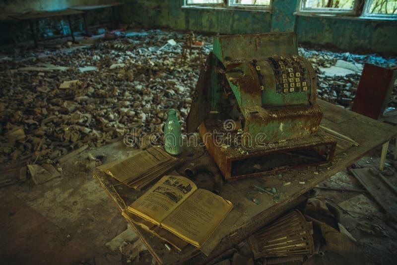 Zona de exclusión de Chornobyl Zona radiactiva en la ciudad de Pripyat - pueblo fantasma abandonado Historia de Chernóbil de la c foto de archivo