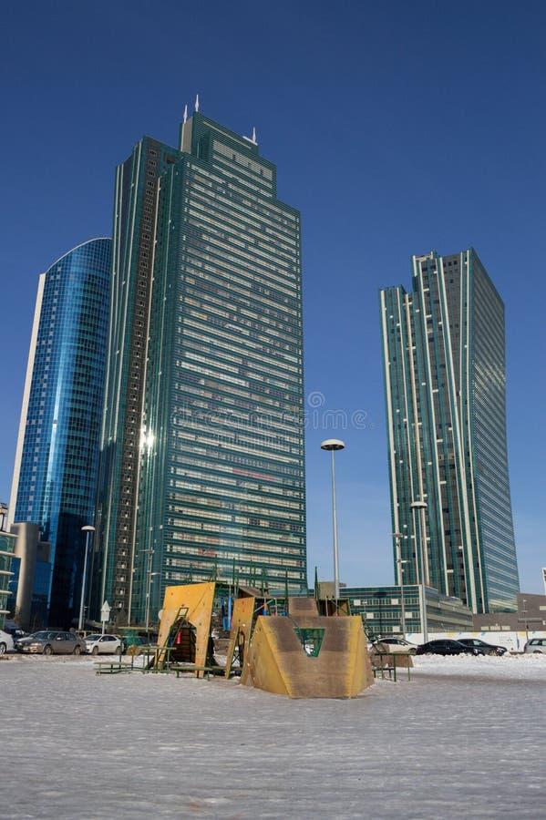 Zona de juegos frente a High Rises en Astaná, Kazajistán durante el día fotografía de archivo