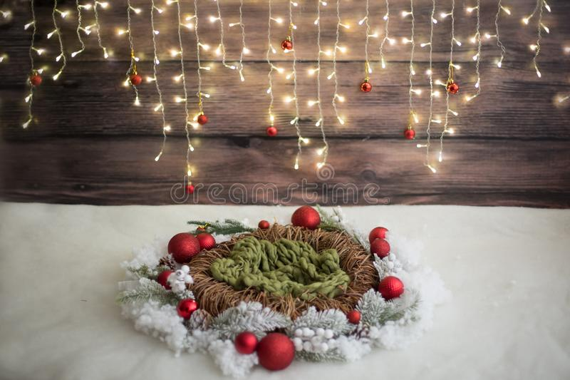 Zona de la foto de la Navidad Decoración de la Navidad garland Guirnalda de mimbre Nieve artificial imágenes de archivo libres de regalías