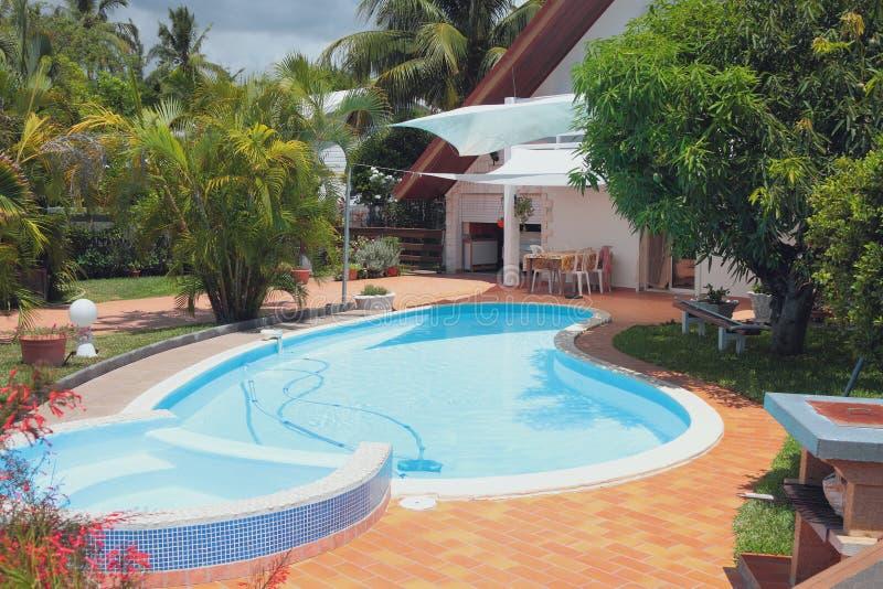 Zona de recreo con la piscina en casa de campo reuni n for Fotos casas de campo con piscina