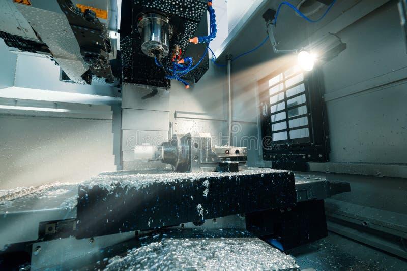 Zona de trabajo de la fresadora moderna del CNC foto de archivo libre de regalías