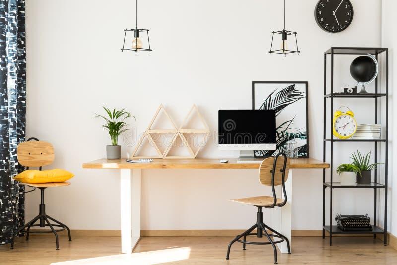 Zona de trabajo neutral con la decoración fotografía de archivo libre de regalías