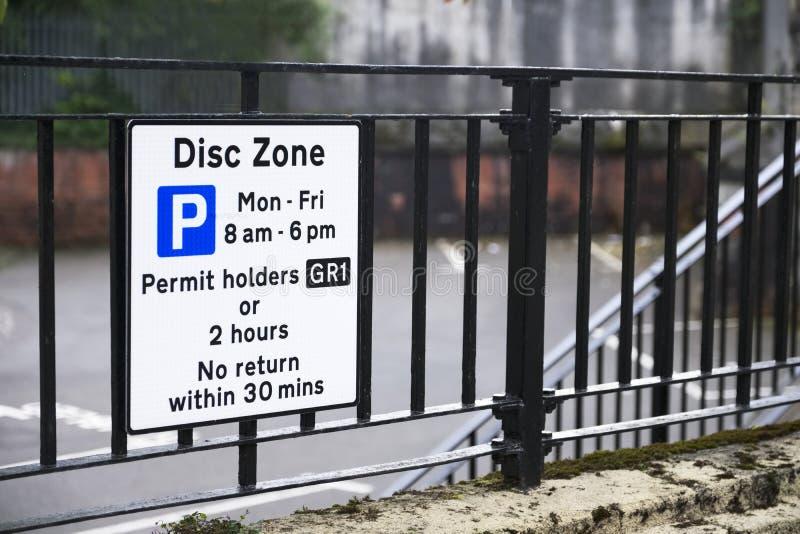 Zona deficiente do disco dos suportes de crachá somente no sinal do parque de estacionamento imagem de stock