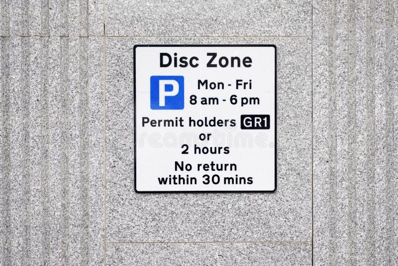 Zona deficiente do disco dos suportes de crachá somente no sinal do parque de estacionamento fotografia de stock royalty free