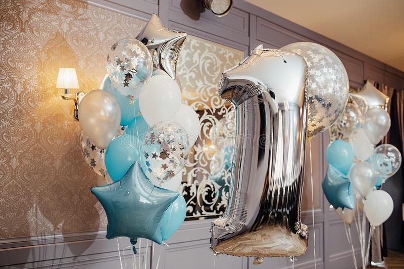 Zona del aniversario o de la foto del cumpleaños con blanco, azul y transpar foto de archivo