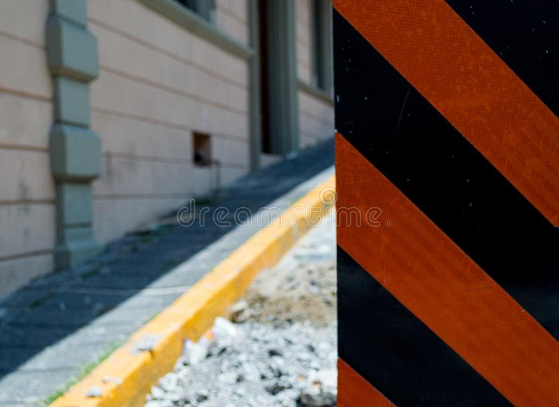 Zona della costruzione con il segno dentro la via fotografia stock libera da diritti