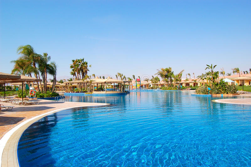Zona della piscina alle ville di VIP fotografia stock libera da diritti