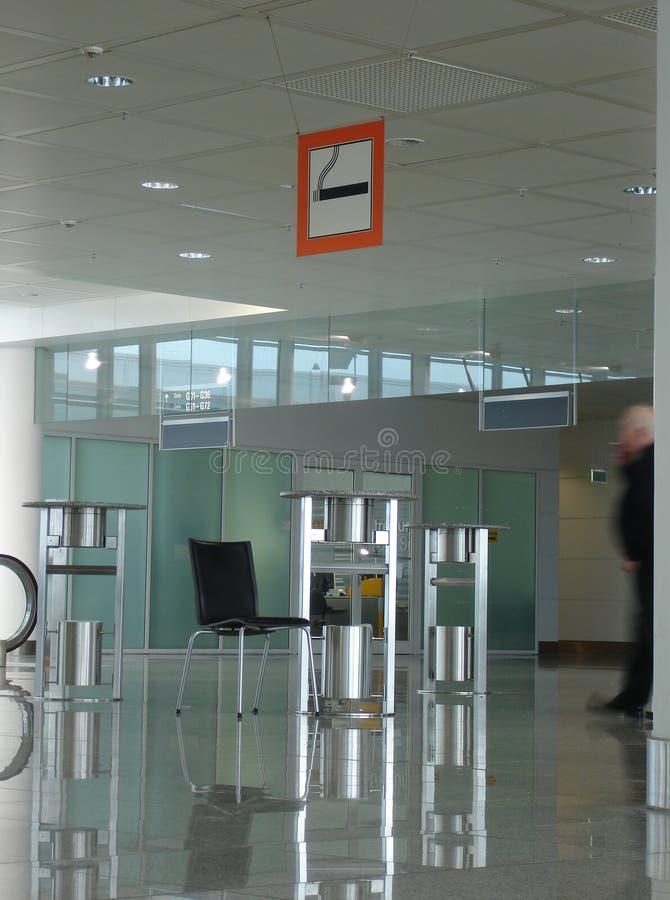 Zona di fumo all'aeroporto fotografie stock libere da diritti