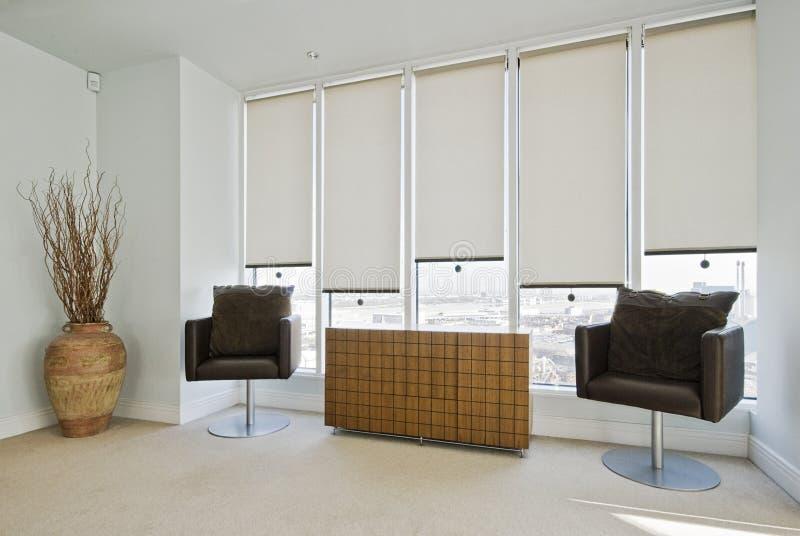 Zona di seduta in una camera da letto moderna fotografie stock libere da diritti