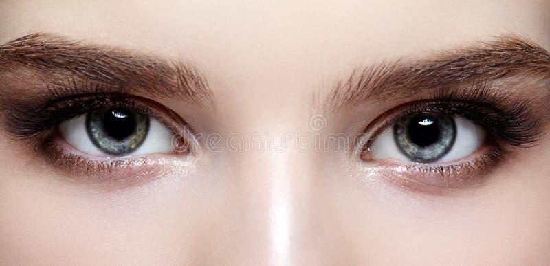 Zona femenina y frentes del ojo con maquillaje del día foto de archivo