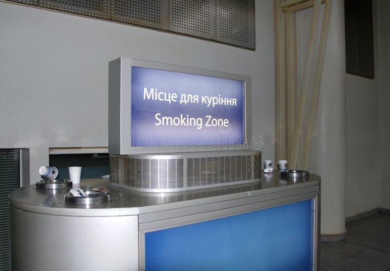 Zona fumatori nell'aeroporto immagini stock libere da diritti