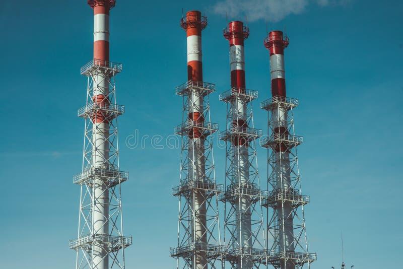 Zona industrial, el equipo del refino de petróleo, primer de tuberías industriales de una planta de la aceite-refinería foto de archivo