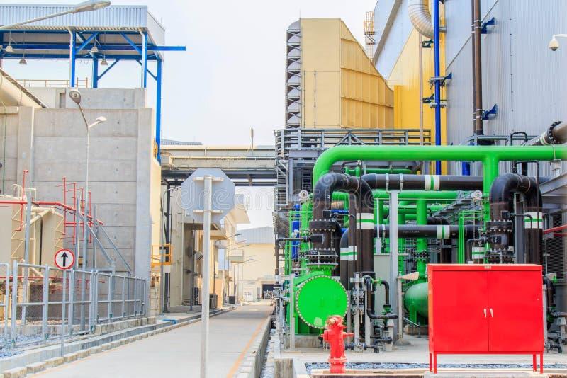 Zona industrial, encanamentos de aço e cabos imagem de stock