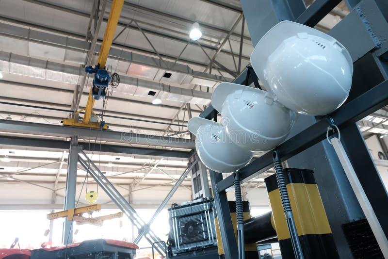 Zona industrial Fondo de fábrica Cascos blancos de seguridad en el lugar de trabajo Concepto de ingeniería de seguridad fotos de archivo libres de regalías