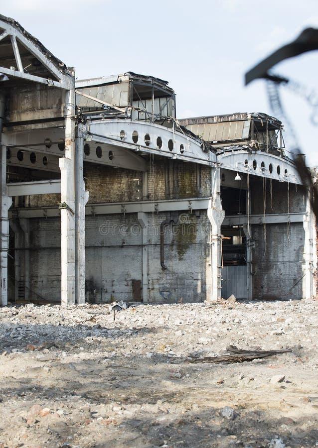 Zona industrial - o território de uma fábrica abandonada e destruída imagens de stock