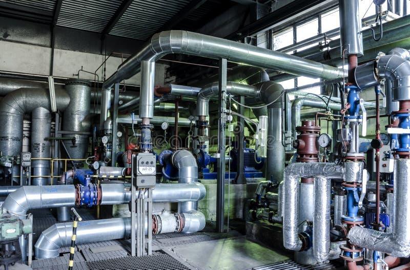 Zona industrial, tuberías de acero y equipo en poder termal imagen de archivo