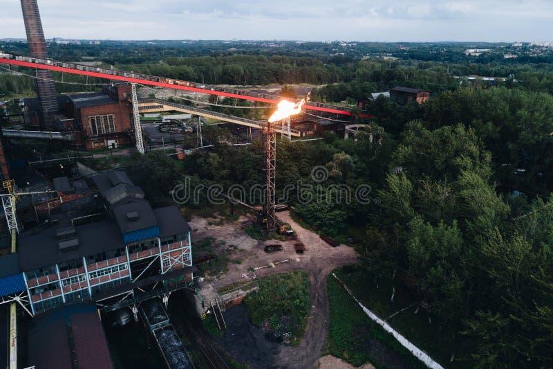 Zona industrial Vista aérea na planta de cozimento de trabalho velha fotos de stock royalty free