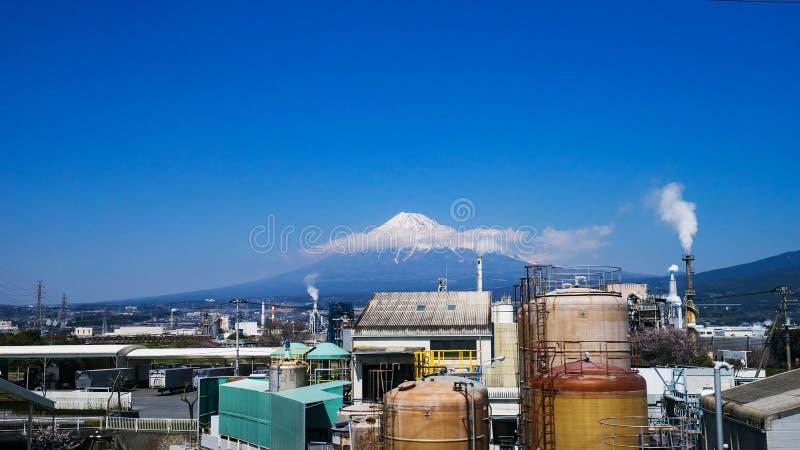 Zona industrial y montaña Fuji de Japón en la prefectura de Shizuoka imágenes de archivo libres de regalías