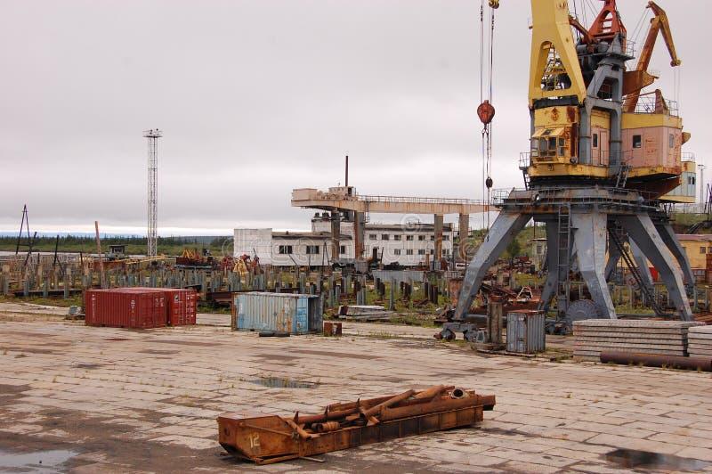 Zona industriale ad entroterra della Russia del porto fluviale di Kolyma fotografie stock libere da diritti