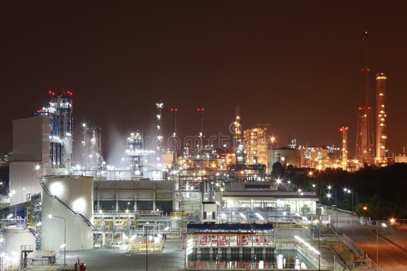 Zona industriale chimica sulla notte fotografie stock libere da diritti